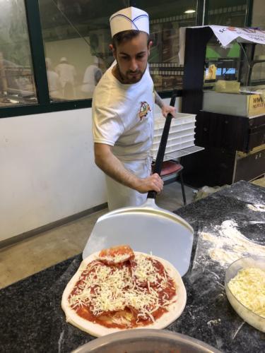 Usare la pala per prendere la pizza